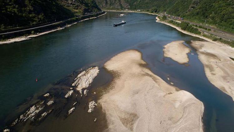 Ein Frachtschiff passiert die Sandbänke im Rhein. Foto: Thomas Frey/dpa