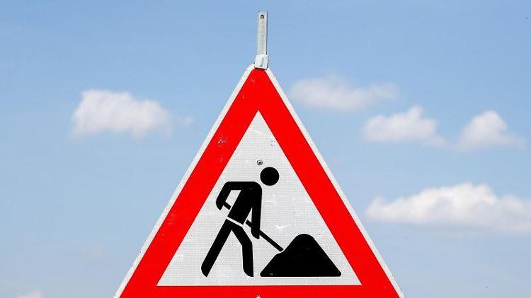 Ein Schild weist auf eine Baustelle hin. Foto: Jan Woitas/zb/dpa/Archivbild