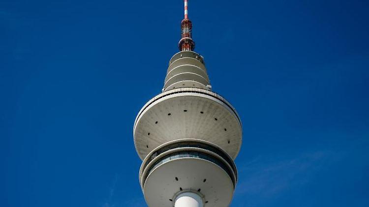 Die Sonne scheint auf den Heinrich-Hertz-Turm. Foto: Axel Heimken/dpa/Archivbild
