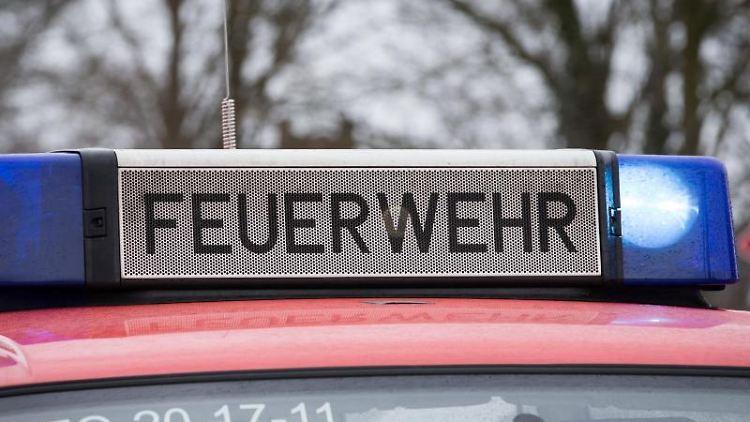 Das Blaulicht eines Feuerwehrautos leuchtet an einem Einsatzort. Foto: Friso Gentsch/dpa/Symbolbild