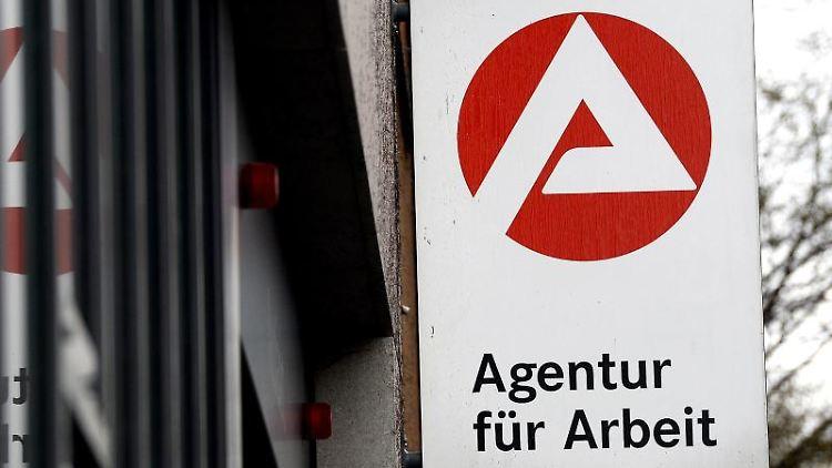 Das Logo der Agentur für Arbeit. Foto: Susann Prautsch/dpa/Archivbild