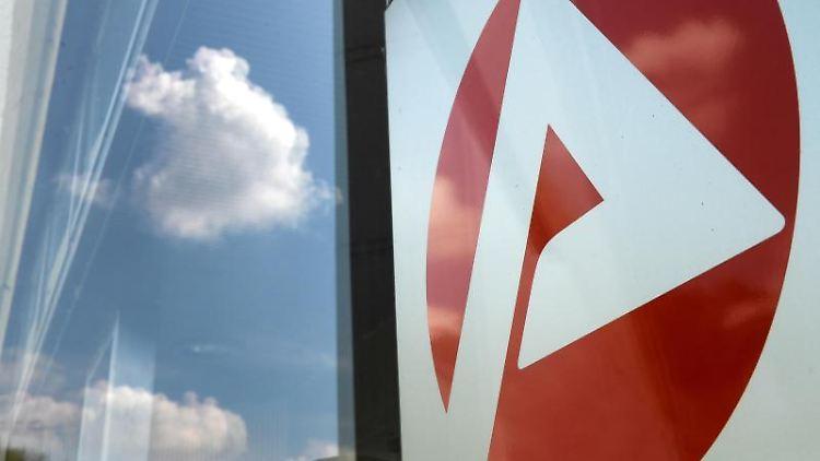 Das Logo vom Jobcenter spiegelt sich am Eingang. Foto: Jens Kalaene/dpa-Zentralbild/dpa