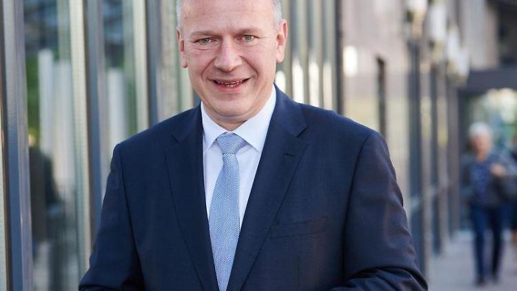 Kai Wegner, Parteivorsitzender der Berliner CDU, schaut in die Kamera. Foto: Annette Riedl/dpa/Archivbild