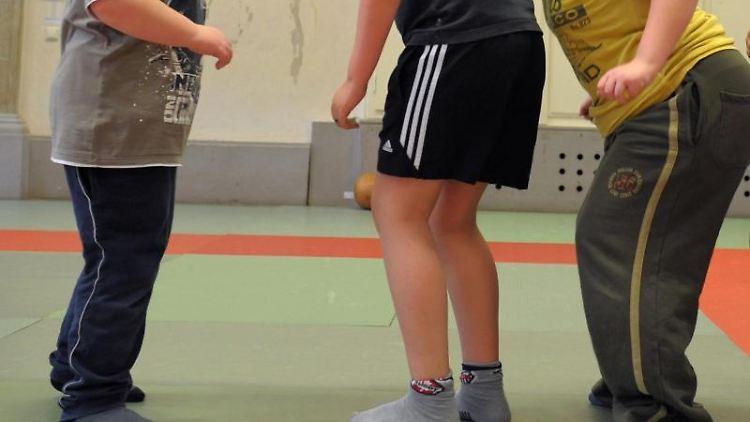 In einer Sporthalle nehmen übergewichtige Kinder an einem Sportprogramm teil. Foto: Waltraud Grubitzsch/dpa-Zentralbild/dpa/Symbolbild