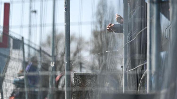 Menschen treffen sich an der Deutsch-Schweizer Grenze zwischen Konstanz und Kreuzlingen am Bodensee. Foto: Felix Kästle/dpa/Symbolbild
