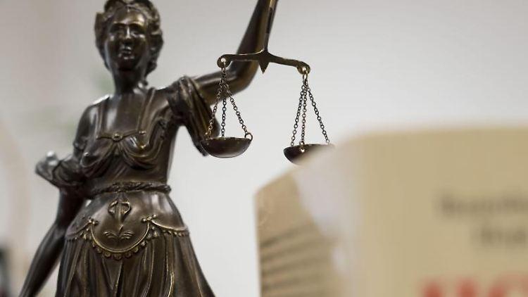 Eine Statue der Justitia hält eine Waage in ihrer Hand. Foto: picture alliance / Peter Steffen/dpa/Symbolbild