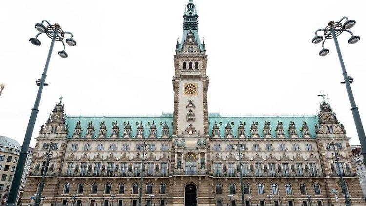 Das Rathaus mit dem Rathausplatz. Foto: Daniel Reinhardt/dpa/Archivbild
