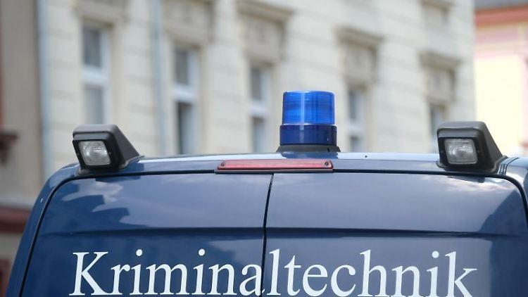 Ein Fahrzeug der Kriminaltechnik vor einem Haus in der Kantstraße. Foto: Sebastian Willnow/dpa-Zentralbild/dpa