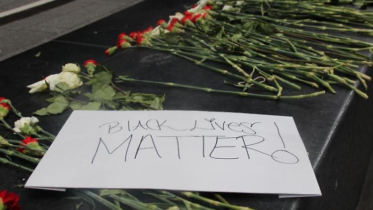 Blumen und ein Schild mit der Aufschrift