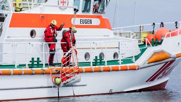 Übung einer Besatzung der Deutschen Gesellschaft zur Rettung Schiffbrüchiger (DGzRS). Foto: Rolf Vennenbernd/dpa