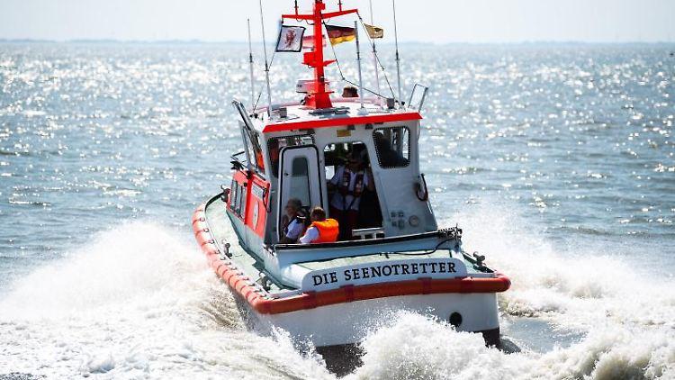 Seenotretter der Deutschen Gesellschaft zur Rettung Schiffbrüchiger. Foto: Mohssen Assanimoghaddam/dpa/Archivbild