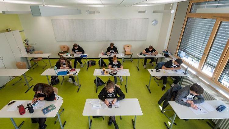 Schüler sitzen in einem Klassenzimmer. Foto: Robert Michael/dpa-Zentralbild/dpa