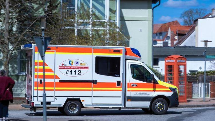 Ein Krankenwagen auf dem Gelände des Mediclin-Krankenhauses in Crivitz. Foto: Jens Büttner/dpa-Zentralbild/dpa/Archivbild