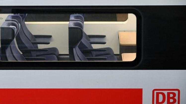 Blick auf leere Sitzplätze eines ICE. Foto: Uwe Zucchi/dpa/Archivbild