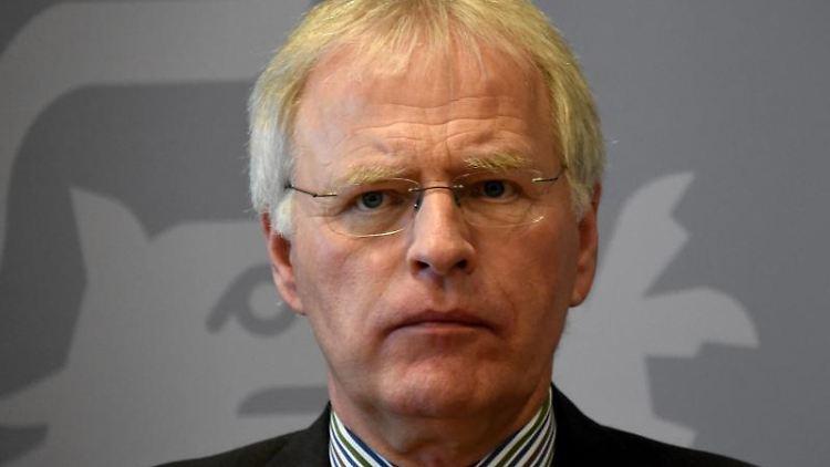 Reinhard Sager (CDU), Vorsitzender des Landkreistages, bei einer Pressekonferenz. Foto: Carsten Rehder/dpa/Archivbild