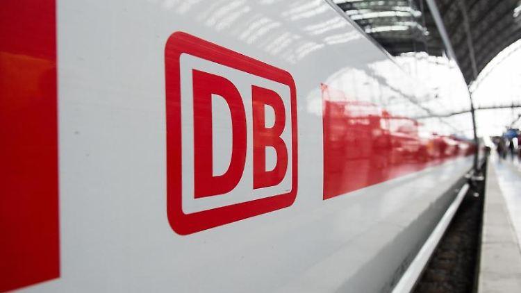 Das Logo der Deutschen Bahn ist auf einem ICE zu sehen. Foto: Silas Stein/dpa/Symbolbild