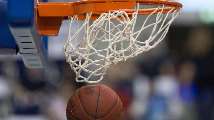 Ein Basketball geht in den Korb. Foto: Lukas Schulze/dpa/Symbolbild