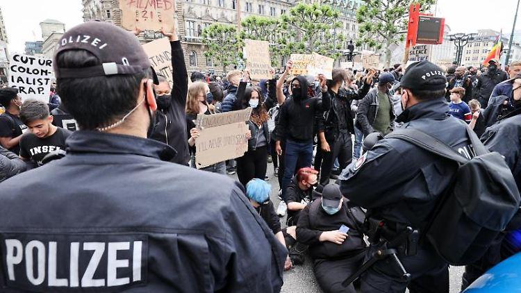 Polizeikräfte bei einer Demonstration gegen Rassismus und Polizeigewalt auf dem Rathausmarkt. Foto: Christian Charisius/dpa