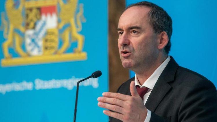Hubert Aiwanger (Freie Wähler) spricht zur Presse. Foto: Peter Kneffel/dpa