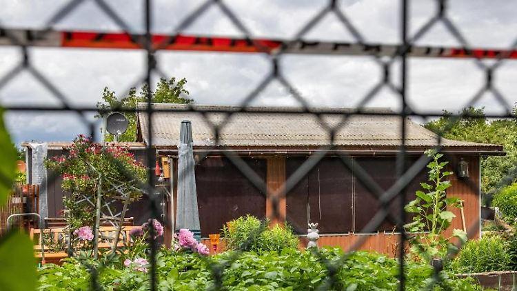 Absperrband umgibt das Grundstück in einer Kleingartenkolonie am Stadtrand von Münster. Foto: Marcel Kusch/dpa