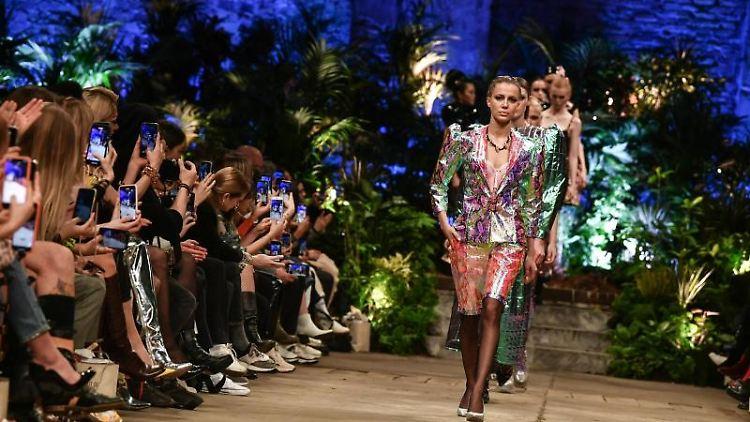 Models zeigen Mode bei der Show