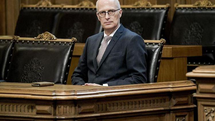 Hamburgs Erster Bürgermeister Peter Tschentscher (SPD) sitzt im Rathaus. Foto: Axel Heimken/dpa/Archivbild
