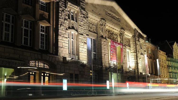 Die Frontseite des Theaters in Lübeck ist zu sehen. Foto: Angelika Warmuth/dpa/Archivbild