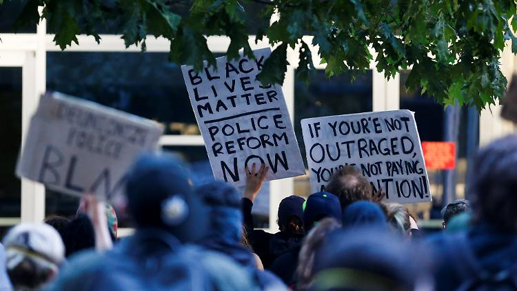 2020-06-17T052304Z_1248368798_RC2TAH9MEGXT_RTRMADP_3_MINNEAPOLIS-POLICE-PROTESTS-SEATTLE.JPG