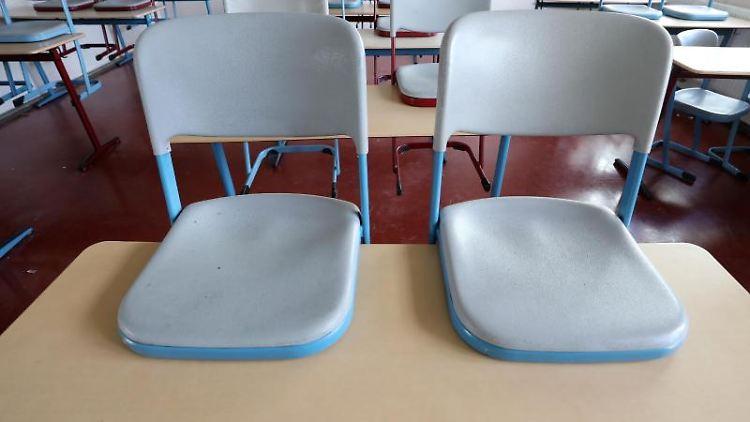 In einem leeren Klassenzimmer sind die Stühle hochgestellt. Foto: Bernd Wüstneck/dpa-Zentralbild/dpa/Archivbild
