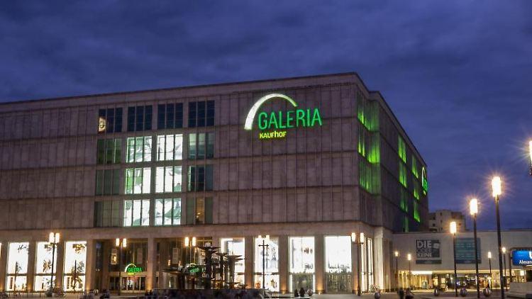 Der Schriftzug Galeria Kaufhof ist an der Fassade der Filiale am Alexanderplatz zu sehen. Foto: Paul Zinken/dpa-zb-Zentralbild/dpa/Archivbild