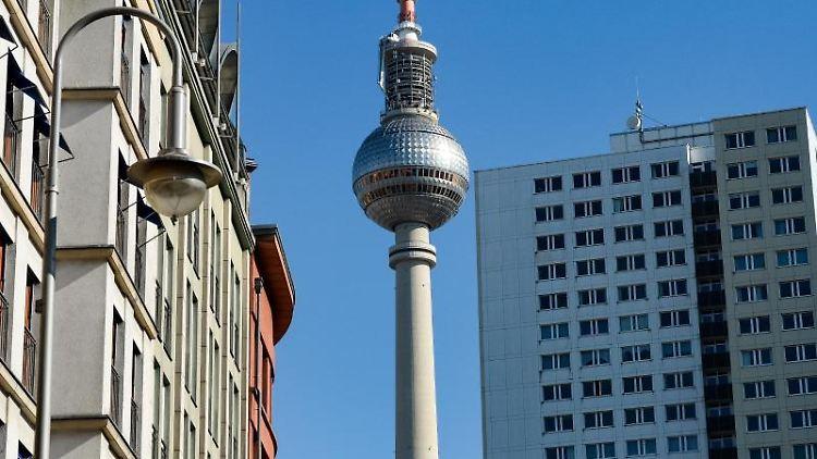Der Fernsehturm ist zwischen sanierten Altbauten und einem Plattenbau-Hochhaus zu sehen. Foto: Jens Kalaene/dpa-Zentralbild/dpa/Archivbild