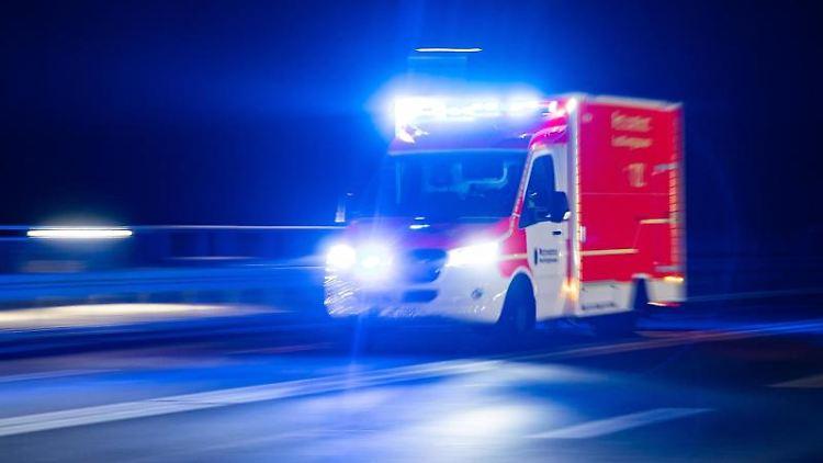 Ein Rettungswagen der Feuerwehr fährt mit Blaulicht durch eine Straße. Foto: Marcel Kusch/dpa/Symbolbild