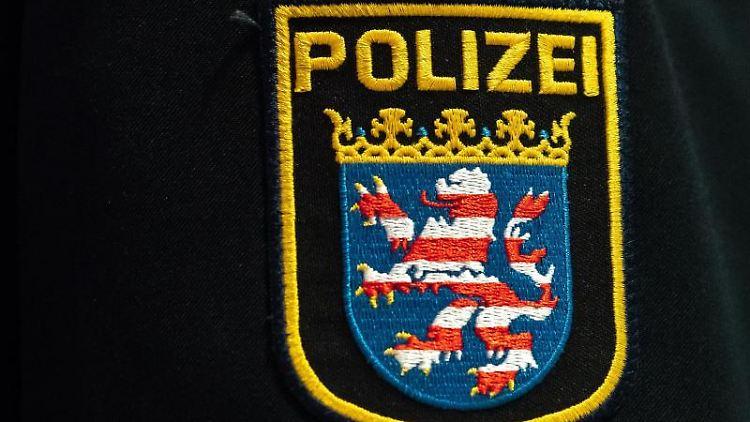 Das Wappen der Polizei Hessen ist auf einer Polizei-Uniform angebracht. Foto: Silas Stein/dpa/Symbolbild