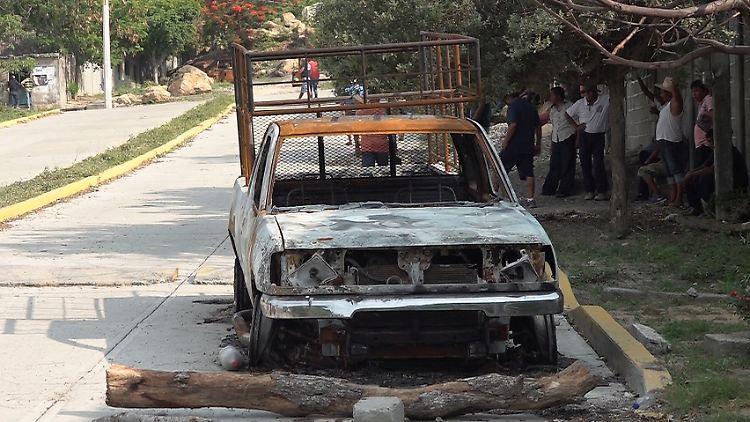 Ein verbranntes Fahrzeug steht am Tatort in San Mateo del Mar .