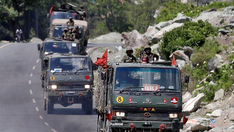 Nach der Eskalation an der Grenze fahren fährt ein indischer Armee-Konvoi in die Region.