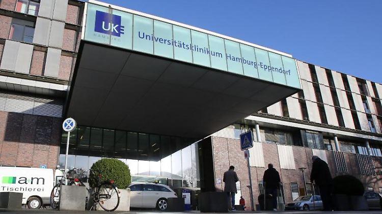Blick auf den Eingangsbereich des Universitätsklinikums Hamburg-Eppendorf. Foto: Bodo Marks/dpa/Archivbild