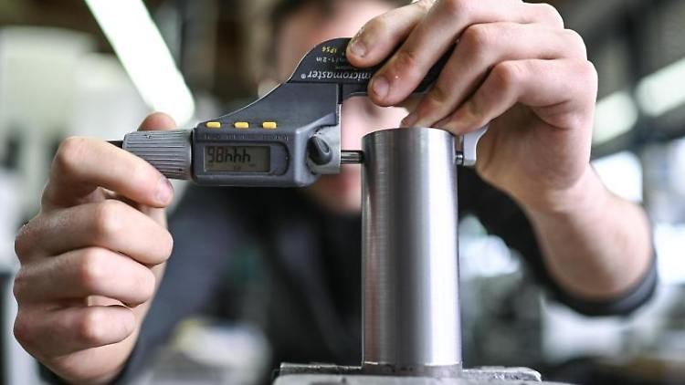 Ein Auszubildender im Metall-Handwerk misst die Dicke eines Werkstücks. Foto: Felix Kästle/dpa/Symbolbild