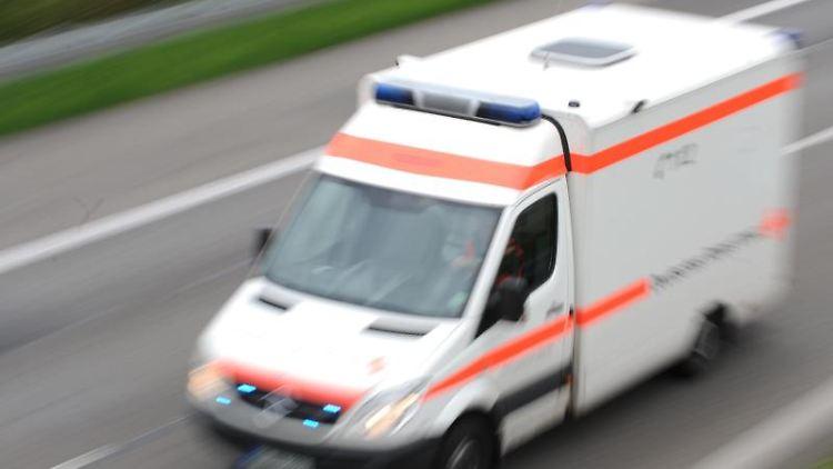 Ein Rettungswagen fährt während eines Einsatzes über eineAutobahn. Foto: Patrick Seeger/dpa/Symbolbild