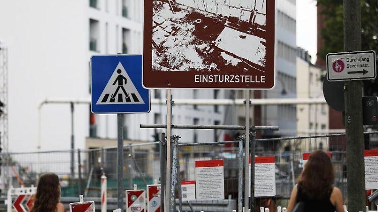 Ein Schild steht an der Einsturzstelle des Stadtarchivs in Köln. Foto: Oliver Berg/dpa/Archivbild