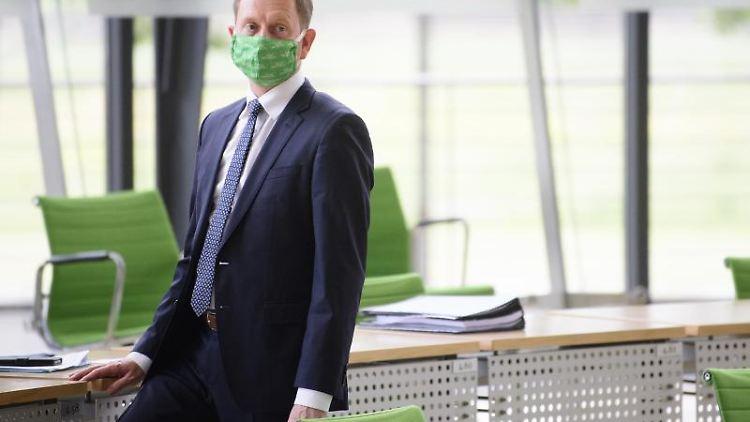 Michael Kretschmer (CDU), Ministerpräsident von Sachsen, trägt einen Mund-Nasenschutz. Foto: Robert Michael/dpa-Zentralbild/dpa/Archivbild