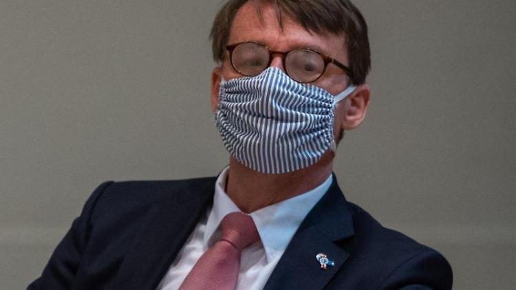 Roland Wöller (CDU), Innenminister von Sachsen, mit Mundschutz. Foto: Robert Michael/dpa/Archivbild