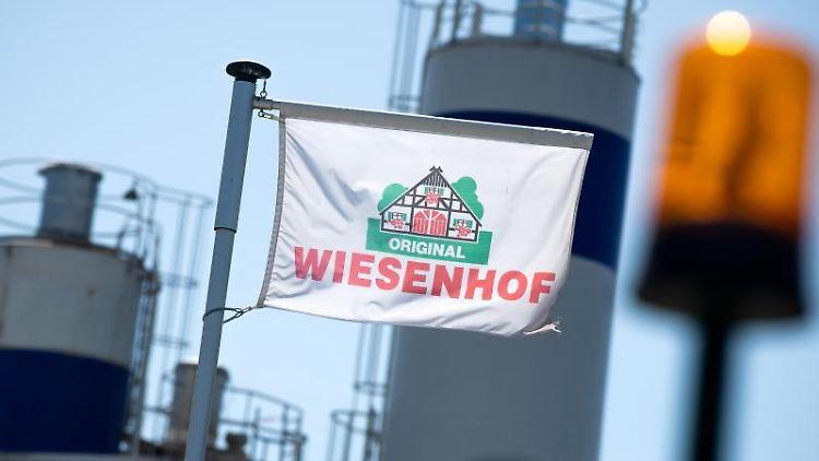 Eine Flagge von Wiesenhof weht im Wind. Foto: Sina Schuldt/dpa
