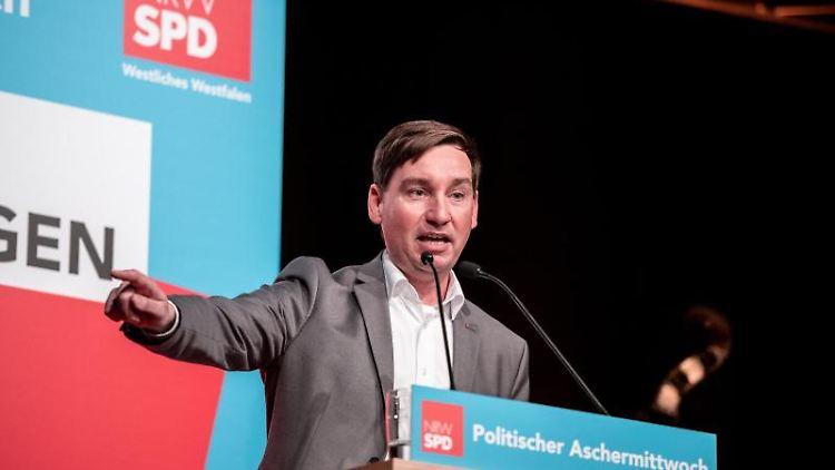 Sebastian Hartmann, Landesvorsitzender der SPD Nordrhein-Westfalen, spricht bei einer Veranstaltung. Foto: Fabian Strauch/dpa/Archivbild