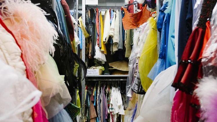 Zahlreiche Kleider hängen in einem Kostümfundus. Foto: Kristin Bethge/dpa/Symbolbild