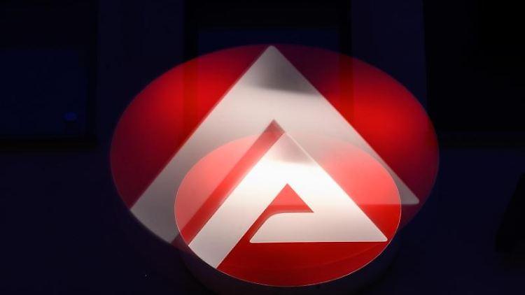 Das Logo der Bundesagentur für Arbeit. Foto: Sebastian Gollnow/dpa/Archivbild