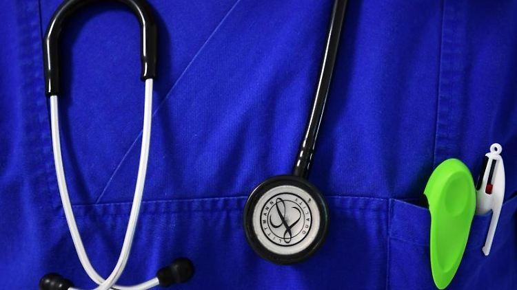 Ein Stethoskop hängt um den Hals eines Arztes. Foto: Soeren Stache/dpa-Zentralbild/ZB/Symbolbild