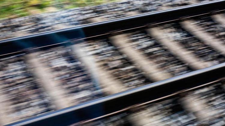 Blick aus einem fahrenden Zug auf Bahngleise. Foto: Philipp von Ditfurth/dpa/Symbolbild
