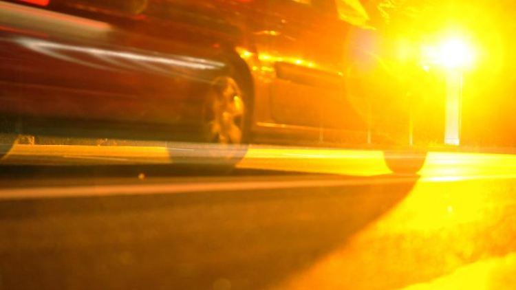 Ein Fahrzeug wird von einer Geschwindigkeitsüberwachungsanlage geblitzt. Foto: Patrick Seeger/dpa/Symbolbild