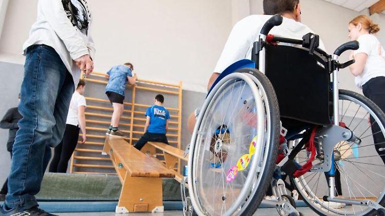 Ein Schüler im Rollstuhl nimmt am Sportunterricht teil. Foto: Julian Stratenschulte/dpa/Symbolbild
