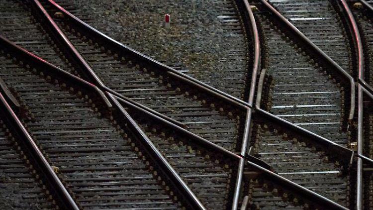 Gleise sind vor einem Hauptbahnhof zu sehen. Foto: Hendrik Schmidt/zb/dpa/Symbolbild